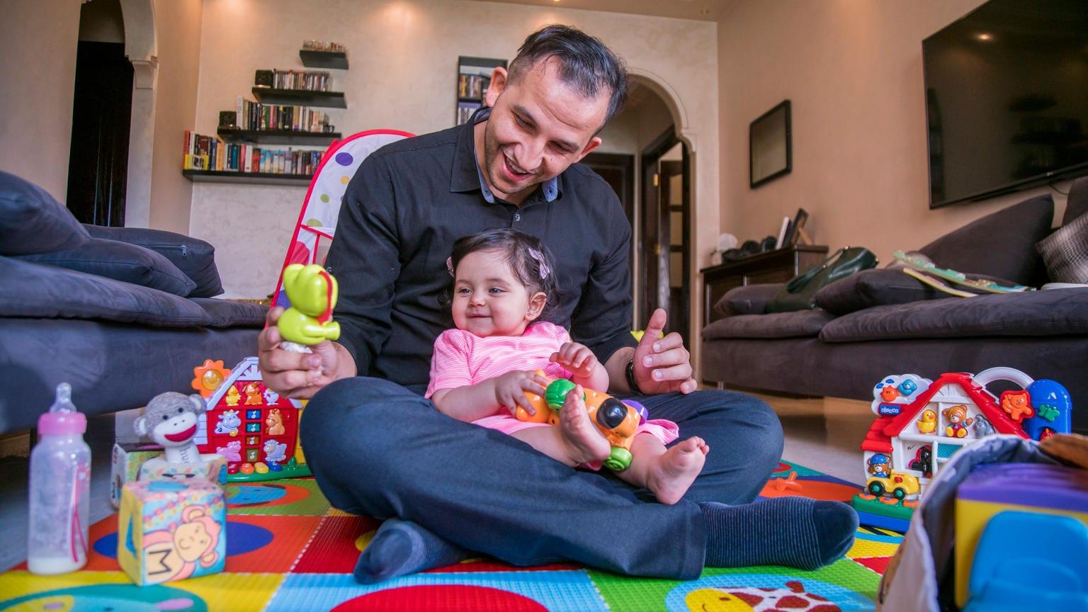Apa játszik kisgyermekével